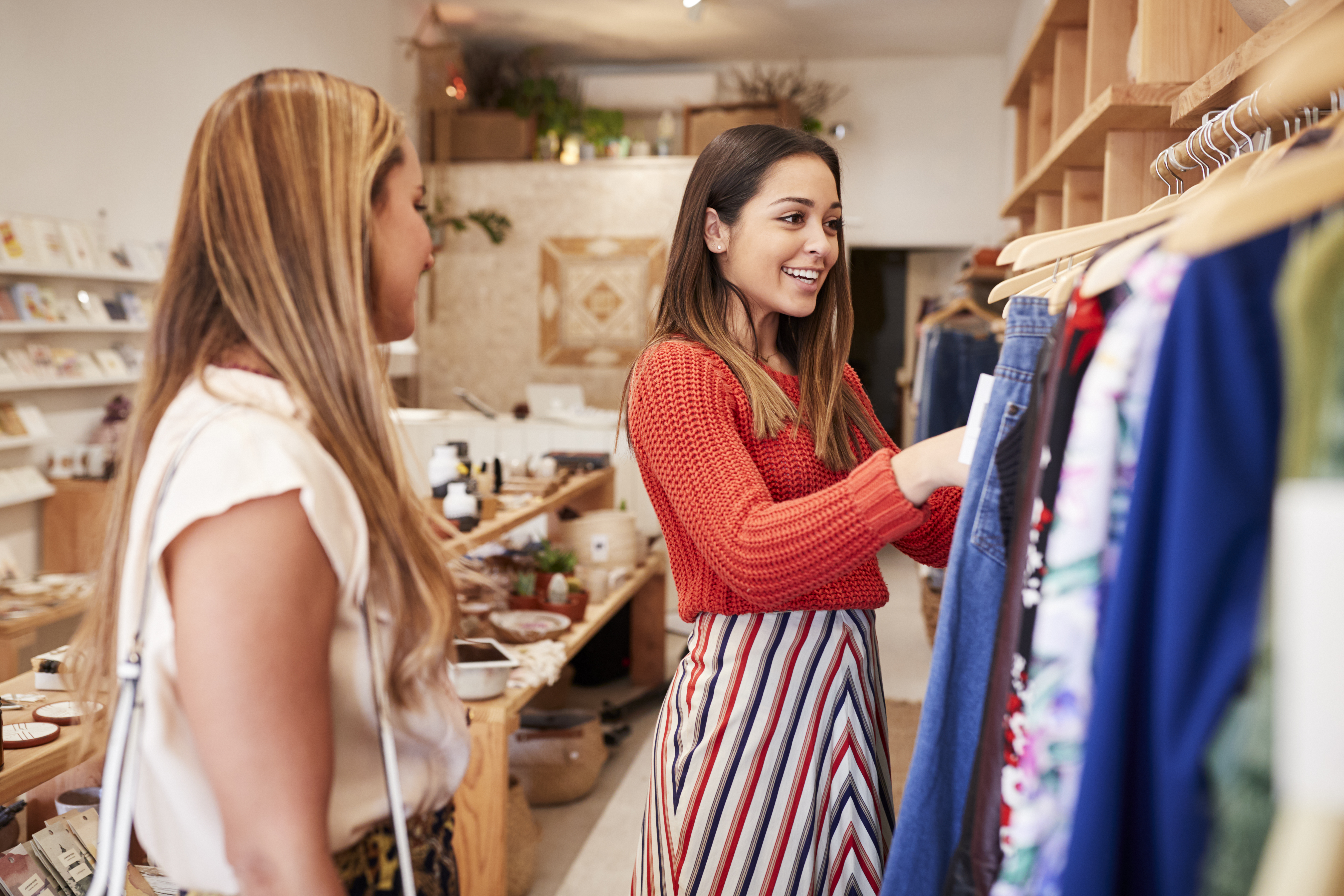 two-female-friends-shopping-in-independent-clothin-HSUTWFG (1)